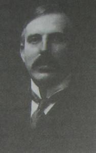Odkrywca jądra atomowego, lord Ernest Rutherford, w krawacie four-in-hand, ok.1915